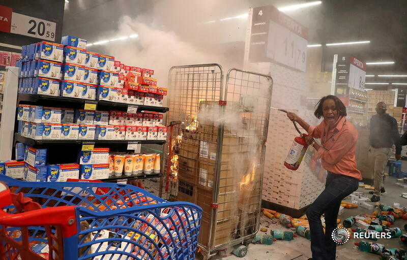 A woman puts out a fire at a vandalized Carrefour supermarket in Sao Paulo, Brazil, during a march against the beating death of Black man Joao Alberto Silveira Freitas in another store location in Porto Alegre. More photos of the week: https://t.co/AWkcO7jtPi 📷 @AMPerobelli https://t.co/zBbnvBIzjl