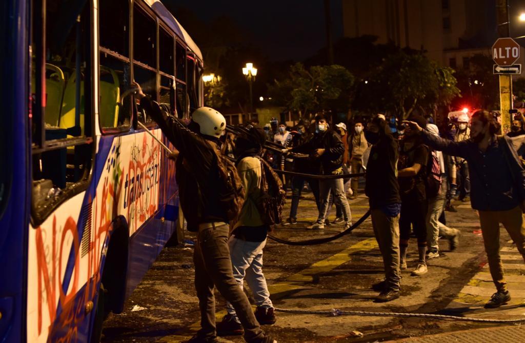 test Twitter Media - #AHORA #28N Antisociales intentaron nuevamente volcar la unidad de Transurbano que fue incendiada esta tarde frente al Palacio Nacional. Foto. Christian Gutiérrez https://t.co/jbvreLLD93