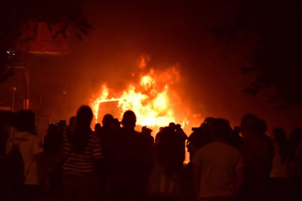 test Twitter Media - #28N Momento en el que la unidad de Transurbano finalmente es incendiada frente al Palacio Nacional. Fotos Christian Gutiérrez https://t.co/GVDrJWcaII