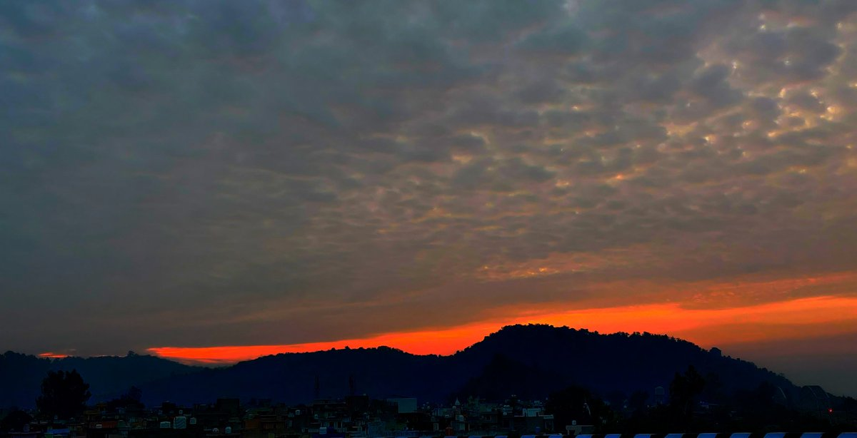 The crimson in the east... Lighting up the day.. #sunrise #dawn #daybreak #November #himalayas #himachal https://t.co/Zmp12AwEug