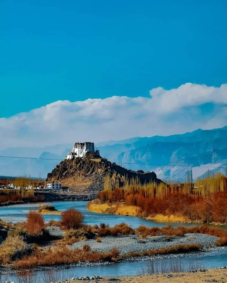 #SundayMorning #sundayvibes #PhotoOfTheDay #wonderlust #Panorama #canonphotography #Himalayas #loveorhost #weekendmood #travelblogger  @utladakhtourism @AkashvaniAIR @DDNewslive @UNWTO @Outlook_RT @maha_tourism @CNTraveler @NatGeoTravel @air_kargil @stanzinkhakyab @in_incredible https://t.co/lPpWMo5Ghq