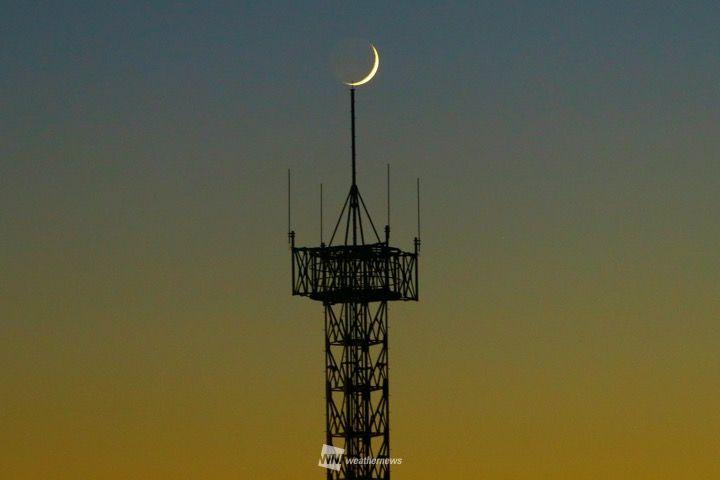 三日月きれい しし座流星群が見頃を迎える前に、正午月齢1.9の細い月が西の空に見えていました。 今日の東京の月の入りは18時19分ですので、まだご覧になっていない方はお早めに。 weathernews.jp/s/curation/det…