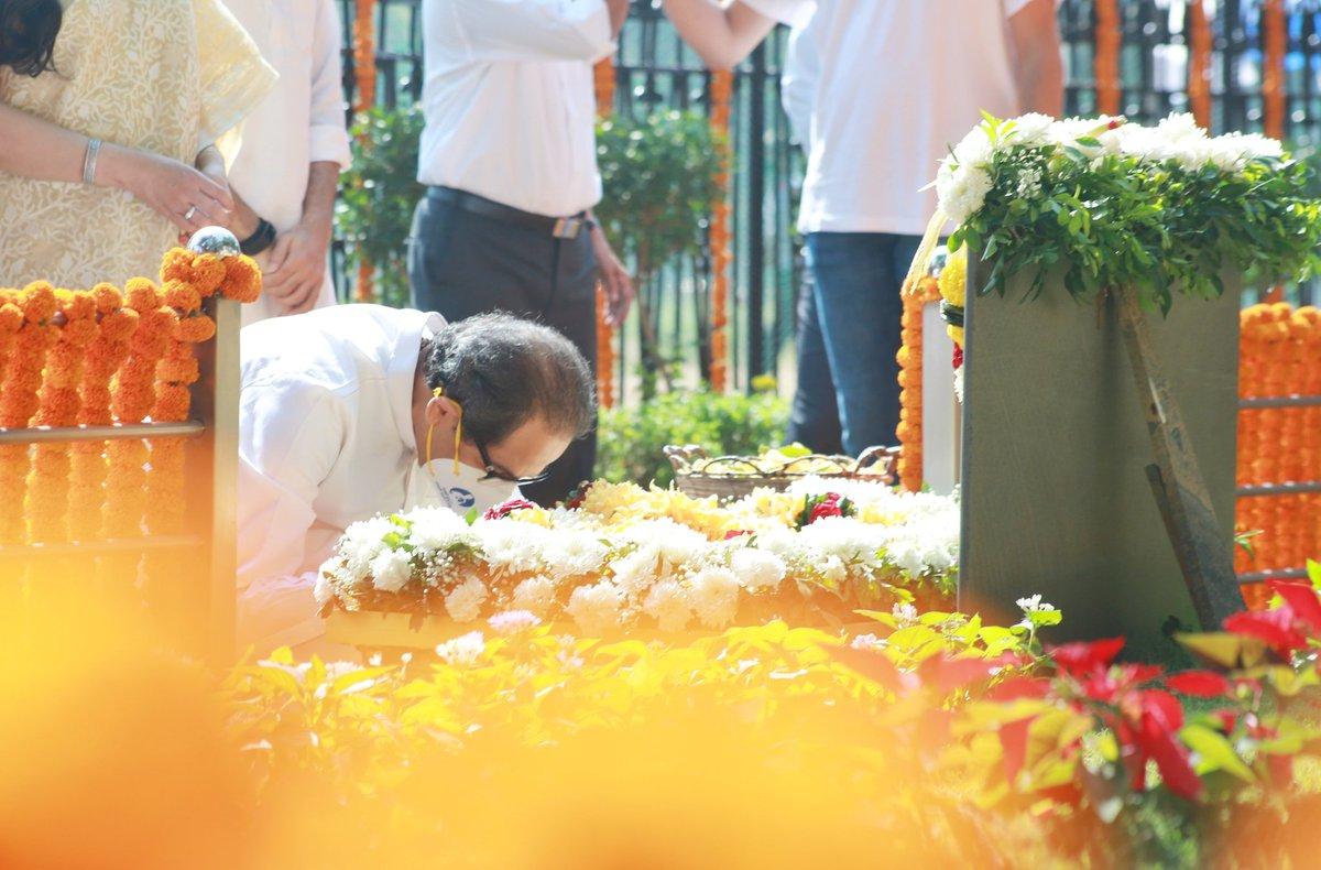 शिवसेना पक्षप्रमुख, मुख्यमंत्री उद्धव बाळासाहेब ठाकरे, सौ. रश्मीताई ठाकरे, युवासेनाप्रमुख, मंत्री आदित्य ठाकरे आणि तेजस ठाकरे यांनी आज शिवतीर्थ येथे हिंदुहृदयसम्राट शिवसेनाप्रमुख वंदनीय बाळासाहेब ठाकरे यांच्या स्मृतिदिनानिमित्त त्यांच्या स्मृतीस्थळाला विनम्र अभिवादन केले. https://t.co/mjuRTHeekI