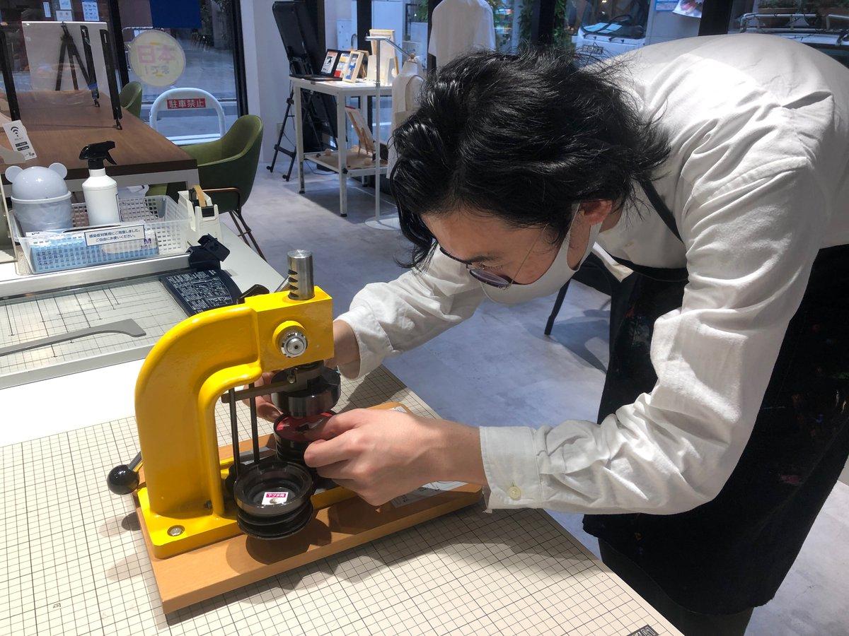 村上信理さんとオリジナル缶バッジをつくってみました!11月23日(月・祝)、キンコーズと九州TSUTAYA様の体験型アートコンテンツ「artdrop」のコラボワークショップを開催!詳しくはこちらから↓ #キンコーズ #artdrop #年賀状作り #九州tsutaya