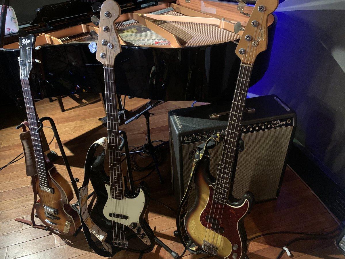 ギターの円山さんがアコギ1本なのに、僕はベースは3本使うという。。。このあとすぐ!