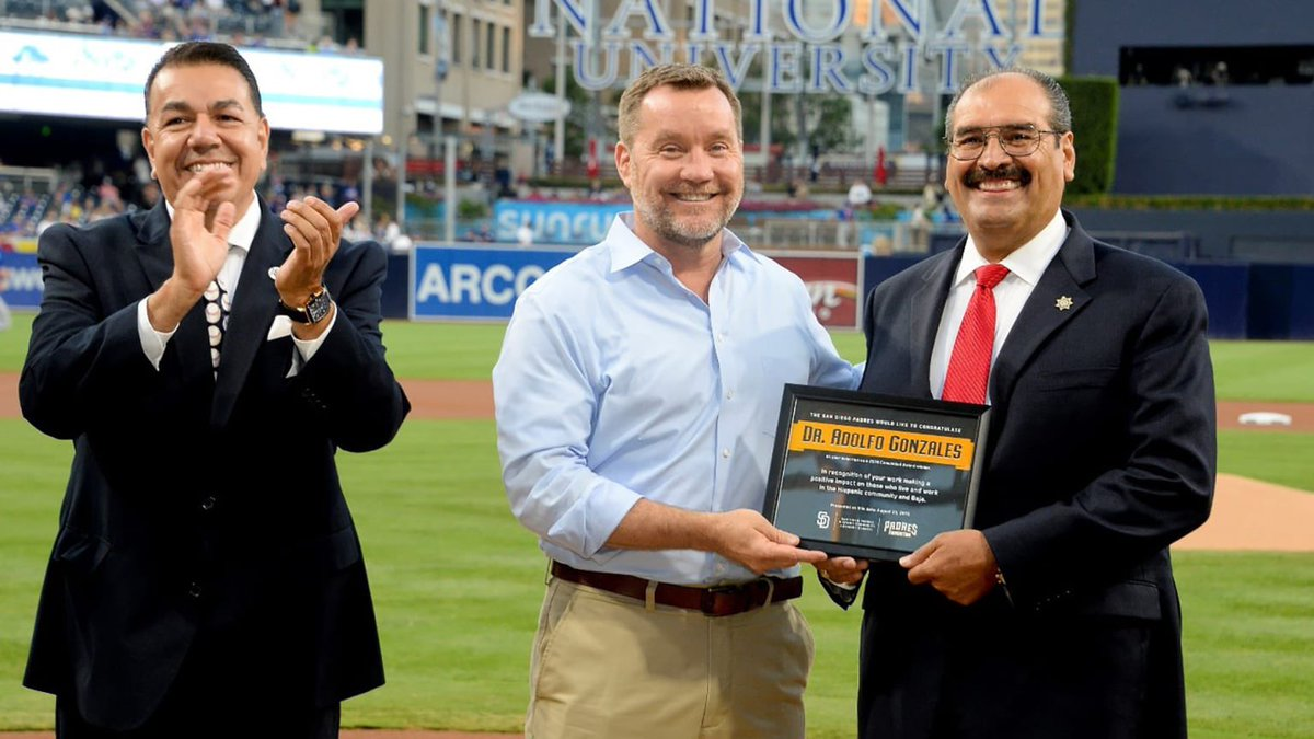 Only 3 days left to submit your nominations for the #Padres 2020 Comunidad Awards! Let us know who's made significant contributions to San Diego's Hispanic community 🗳 atmlb.com/35r2ccR