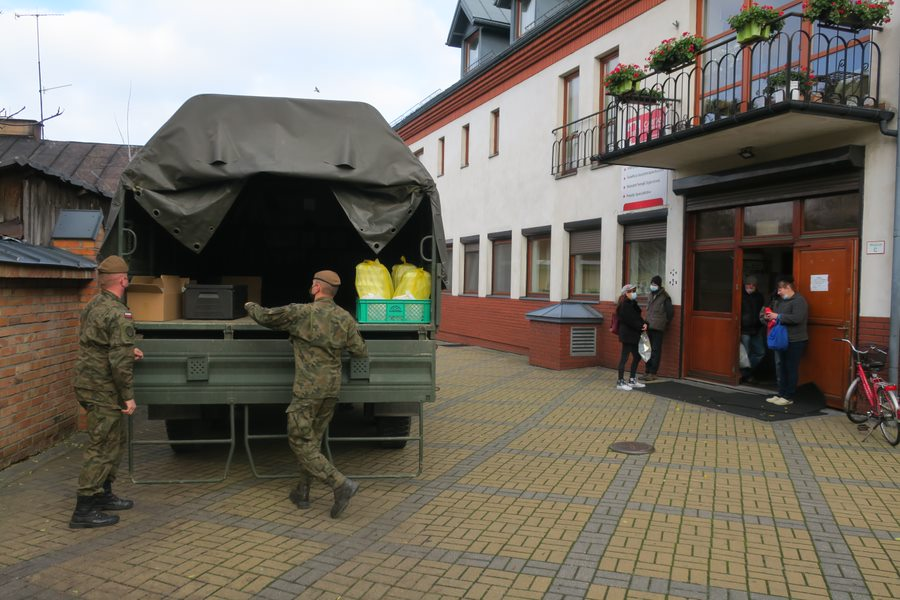Our #Soldiers  deliver warm meals to residents of a homeless #Shelter ran by @SiedlceCaritas  Looking after all in need during #Covid_19 crisis #WorldDayOfThePoor  #compassion❤️ #sharejourney #EnduringResilience means #care for the #community  #tuesdayvibe  @terytorialsi🇵🇱#5MBOT