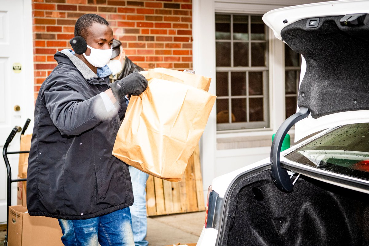 Today @God_Son80 hosted his inaugural Thanksgiving Food Drive – a drive-thru meal distribution where over 300 Thanksgiving Meals were distributed to help local families in need 🧡🦃  @BrownsGiveBack