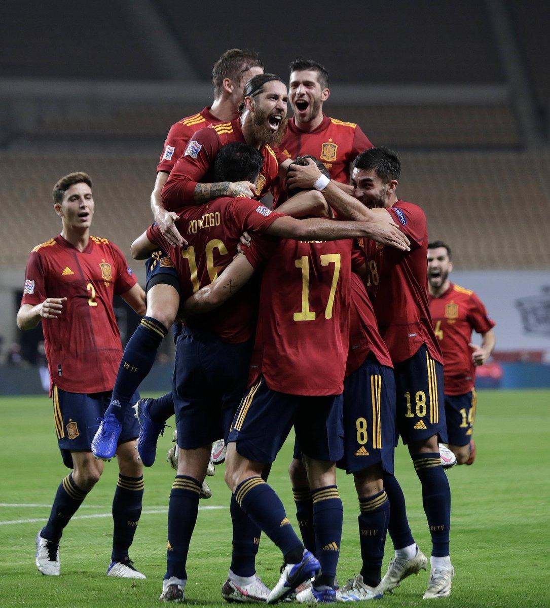🤔 Pues... creo que es el momento adecuado para que todo el mundo haga RT a esta impresionante foto, ¿no os parece?  🍍 Esto es la @SeFutbol, un E-QUI-PO.  #SomosEspaña  #SomosFederación