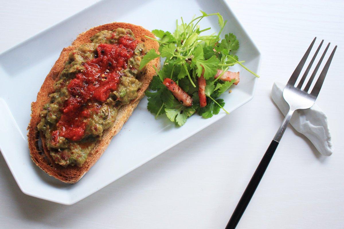 アボカドとトマトのトーストでおはようございます。はるきちさんレシピからパクチーサラダもいっしょに。