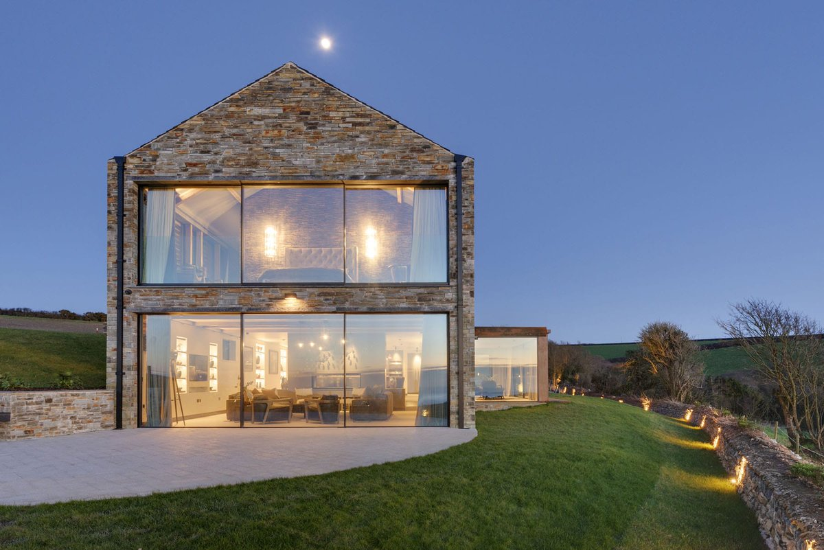 A recent #newbuildproject in #Cornwall featured large elevations of #oversizedglazing to grant expansive views.  Case study >>> https://t.co/Vt16fIGHPU  Photography by Woodford Architecture https://t.co/m8QMDzD4rs