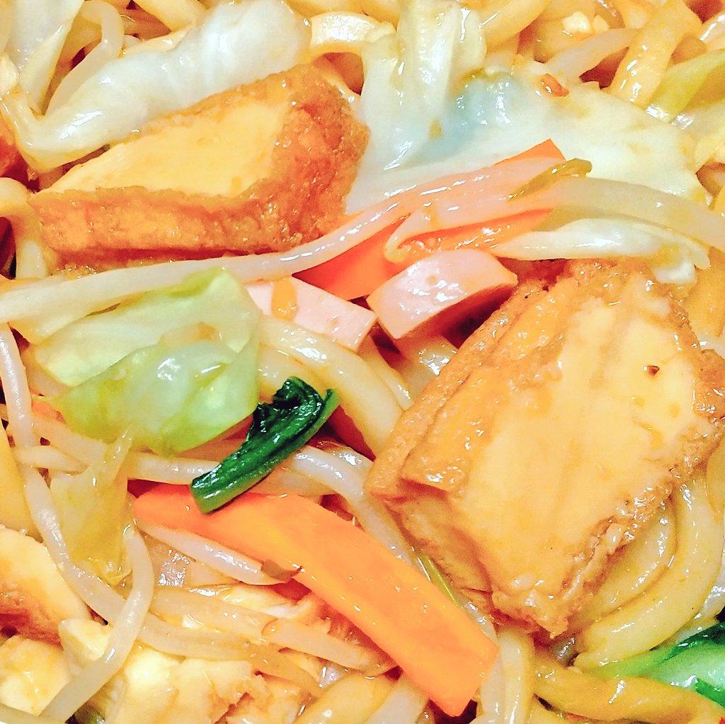 今夜は厚揚げ焼きうどん!いつもの厚揚げ野菜炒めをうどんにアレンジしました。思ったよりおいしくできて、家族も「うまっ!」と食べてくれました☺️厚揚げ野菜炒めのレシピはこちら #おうちごはん#Twitter家庭料理部 #厚揚げ#うどん