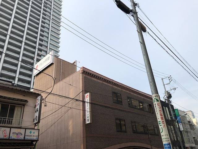 おはようございます!少しだけ霞がかった朝の東京です。大阪はいかがでしょうか。いつもにゃんたちのトイレ掃除を宝探し~~✨と思いながらやっている中の人です。お宝がザクザクでてきます☺️今日も皆様の一日が平和でありますように🥰 #企業公式が毎朝地元の天気を言い合う
