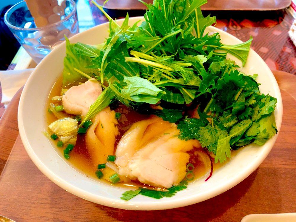 本町にあるお店、ベトナム料理ふぉーのお店スープは優しいお味の鶏ガラスープに鶏肉、たっぷりの水菜とパクチーと玉ねぎ体が喜ぶお味でした‼️😆✨食材や麺にも拘りのお店👍#ベトナム料理 ふぉーの店 本町店050-5457-2177#大阪本町のランチ