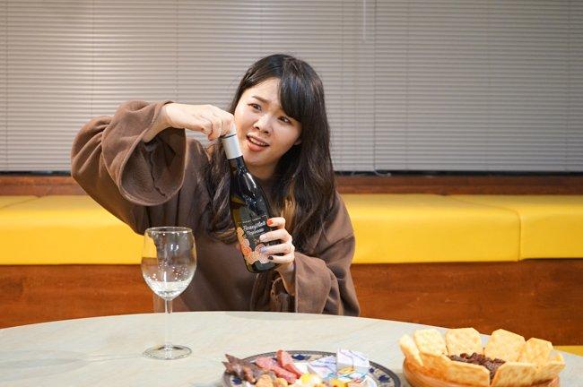 【オモコロブロス】仕事中に酒が飲みたいモンゴルナイフが、急におつまみを買い揃えてボジョレ・ヌーボーを飲み始めました。【解禁】ドンキホーテの激安ボージョレ・ヌーボーでお祝いしよう