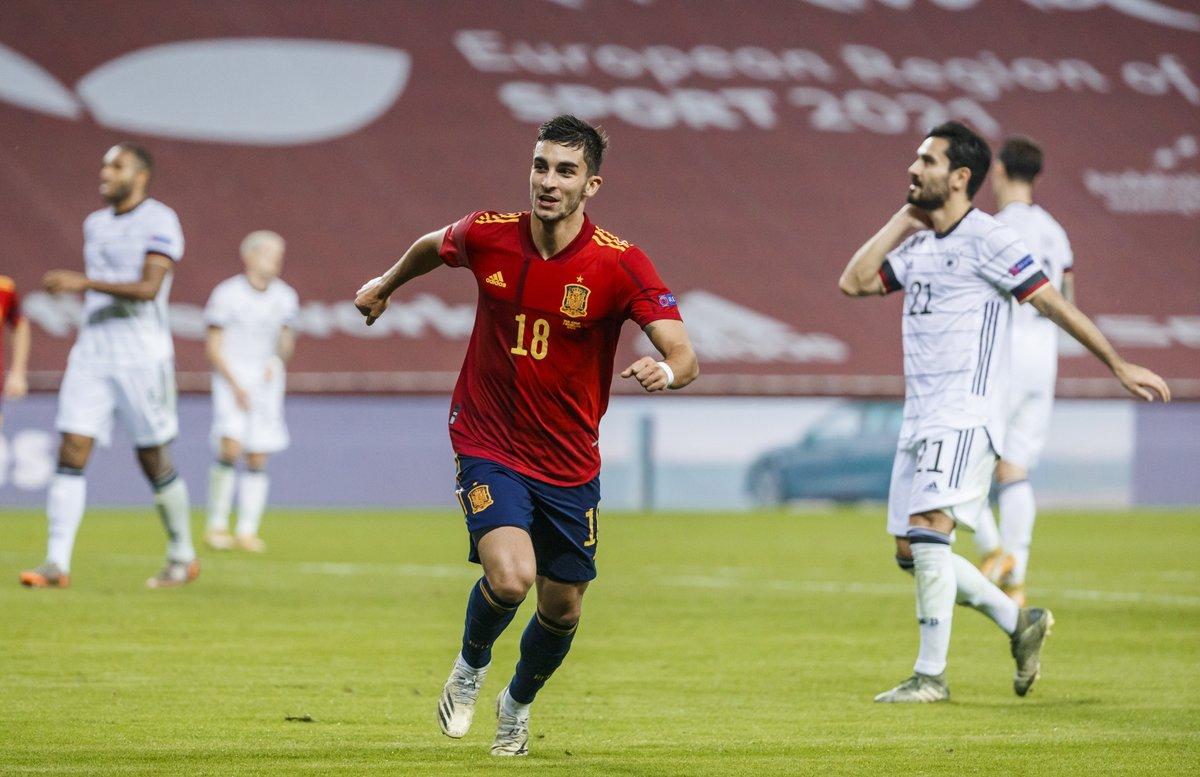 📹 | El histórico 'hat-trick' de @FerranTorres20... ¡A pie de césped! 🤩  ⚽ Revive la INCREÍBLE noche del jugador valenciano y vuelve a disfrutar de sus goles desde otro ángulo.  PD: ¡Activa el sonido! 🔊