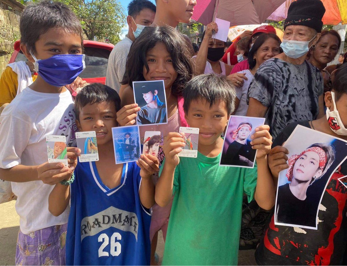 Guys im grateful to those who gave BTS photos @ourlovevante @hugmekth and Phammy Sudaria. 1st photo taken today ( typhoon victims) 2nd photo taken January 2020 (Taal volcano eruption victims)   Do you see the genuine smile on their faces with mere photos. #ABlissfulCarewithV https://t.co/iEtzCAw49W