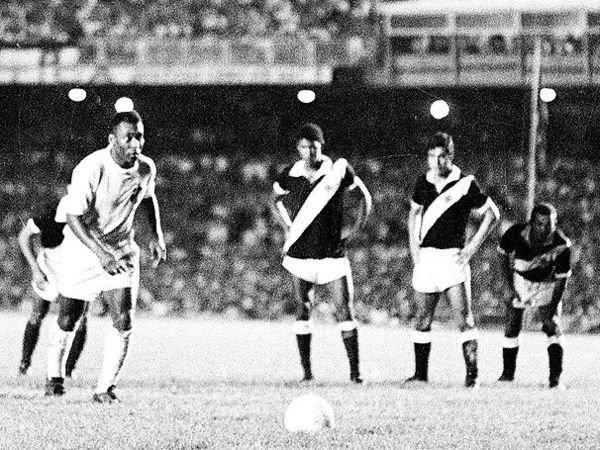 19/11/1969. Vasco 1x2 Santos-SP, pelo Campeonato Brasileiro. Milésimo gol de Pelé.Histórico! #editoragorduchinha #santosfc #diadevasco #pele80