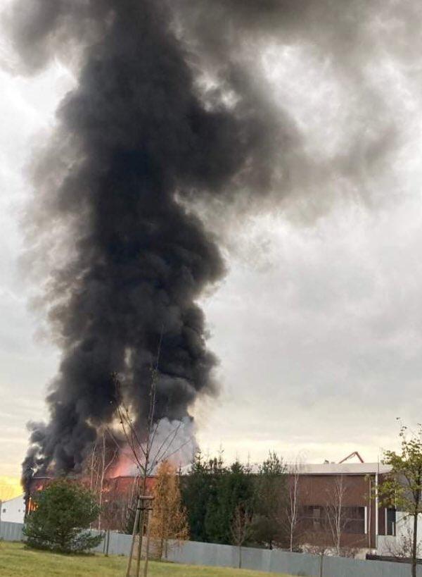 V Kralupech vypukl požár haly areálu Nowaco. Na místě nyní zasahují hasičské jednotky. https://t.co/oPVNel8n8b