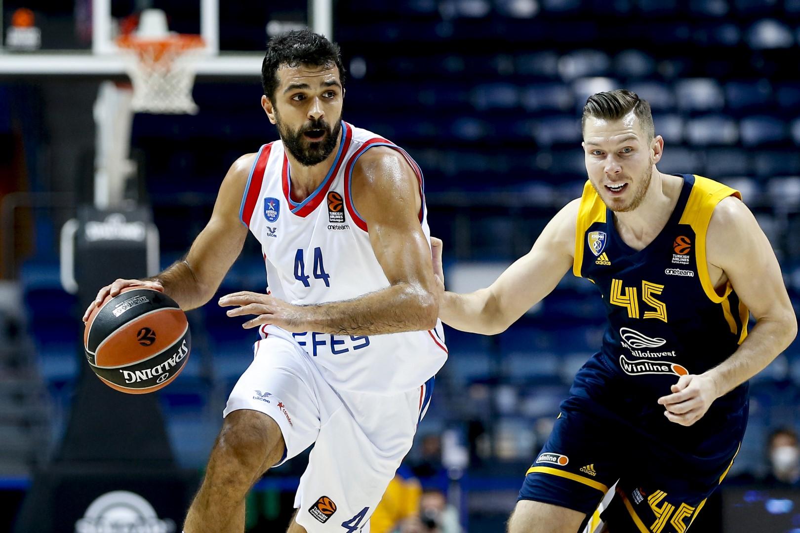 EuroLeague – Premiata ditta Simon & Larkin, l'Efes banchetta a Mosca contro il Khimki