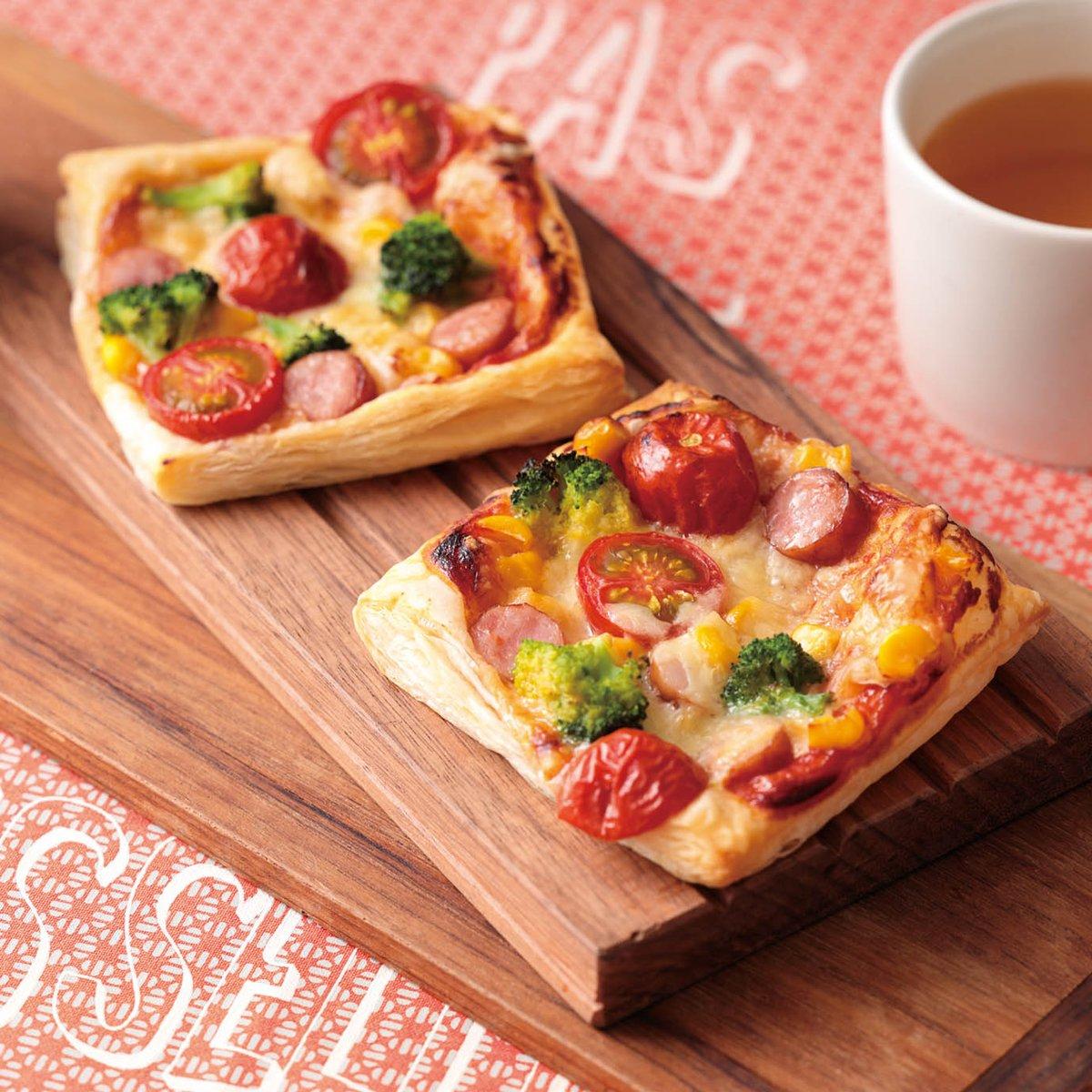 11月20日は #ピザの日冷凍パイシートを切って、トマトケチャップを塗って具材をのせるだけ!「ソーセージとカラフル野菜のピザ」はいかがでしょう🍕野菜もたくさんとれますよ✨(⑅ n´∀`n)ニガテナ ヤサイ モ コレナラ タベラレ マス ネ…🔽詳しいレシピはこちら🔽
