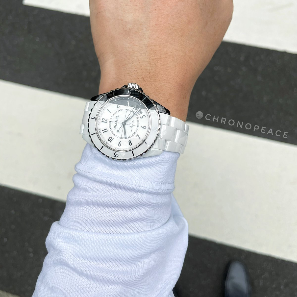 一線を超えてるようで、超えてない。 Across the border or not?  #Chanel #chanelwatches #chanelwatch #chanelj12 #chanelj12paradoxe #j12paradoxe #シャネル #シャネル時計 #シャネル腕時計 #シャネルj12 #シャネルj12パラドックス #wristshot #wristshots #リストショット #j12パラドックス