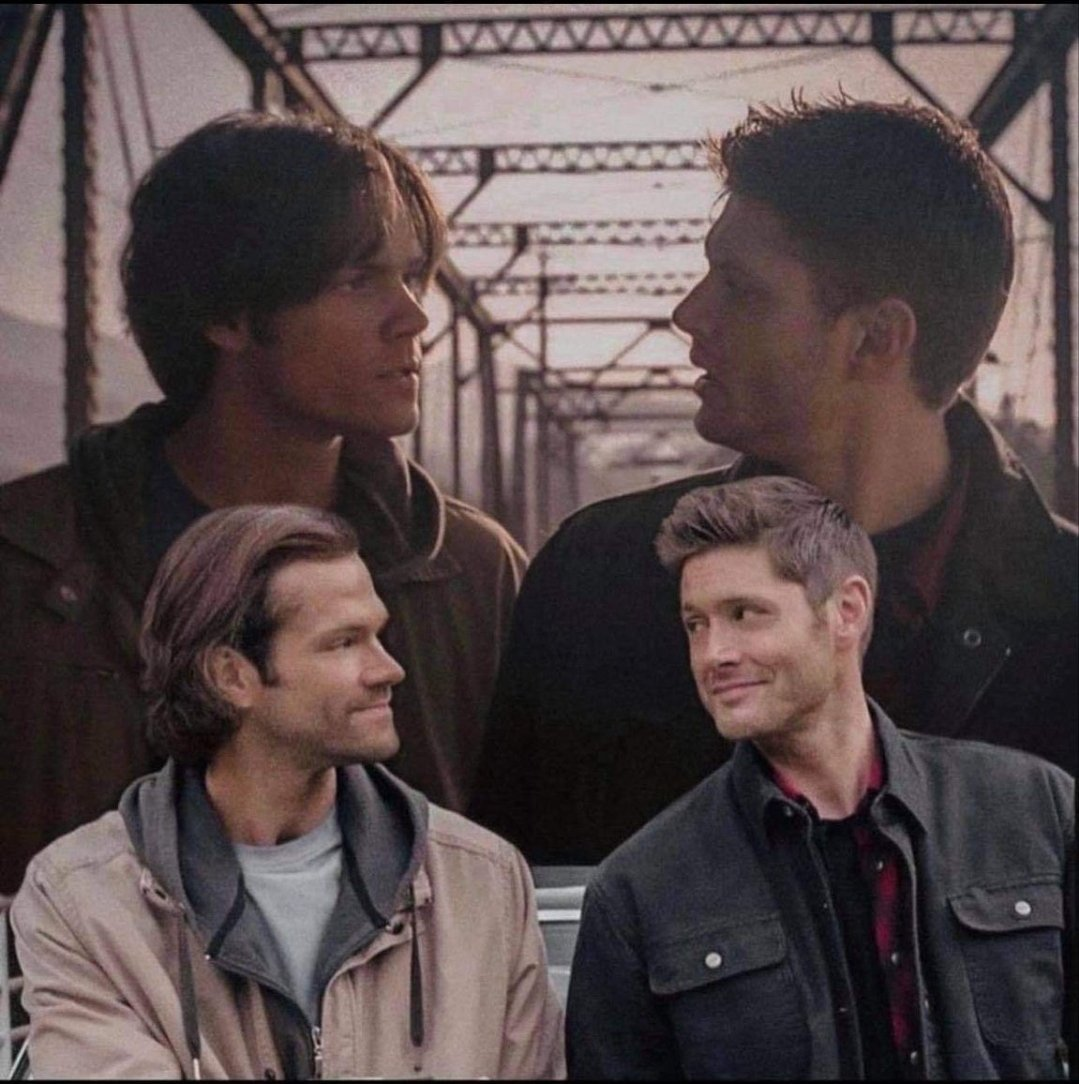 They're wearing the same outfits!!!! Oh man I'm sobbing again #Supernatural