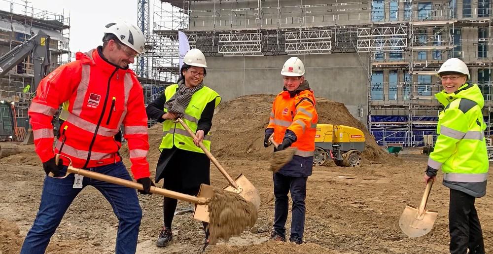 Första spadtaget för 47 lägenheter i Riksbyggens Brf Nära i Hyllie, Malmö https://t.co/OwrUDSTpmb https://t.co/wRIFkBQu4M
