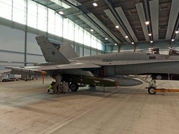 F18 إسبانية مسلحة بالصاروخ الجوال taurus EnQWzgqWEAAL1fA?format=jpg&name=360x360