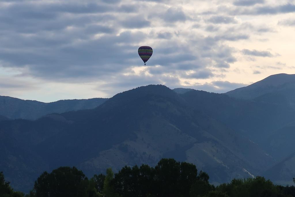 WOW got to see a hot air balloon floating along near Bozeman, MT on I90 East.⠀ ⠀ #hotairballoon #floatingalong #bozemanmt #highflying #beautiiful # montana #notjustanotherday #peaceful #breathtaking #quite #calm #TravelTheWorld #ShareTravelPics #Worl…