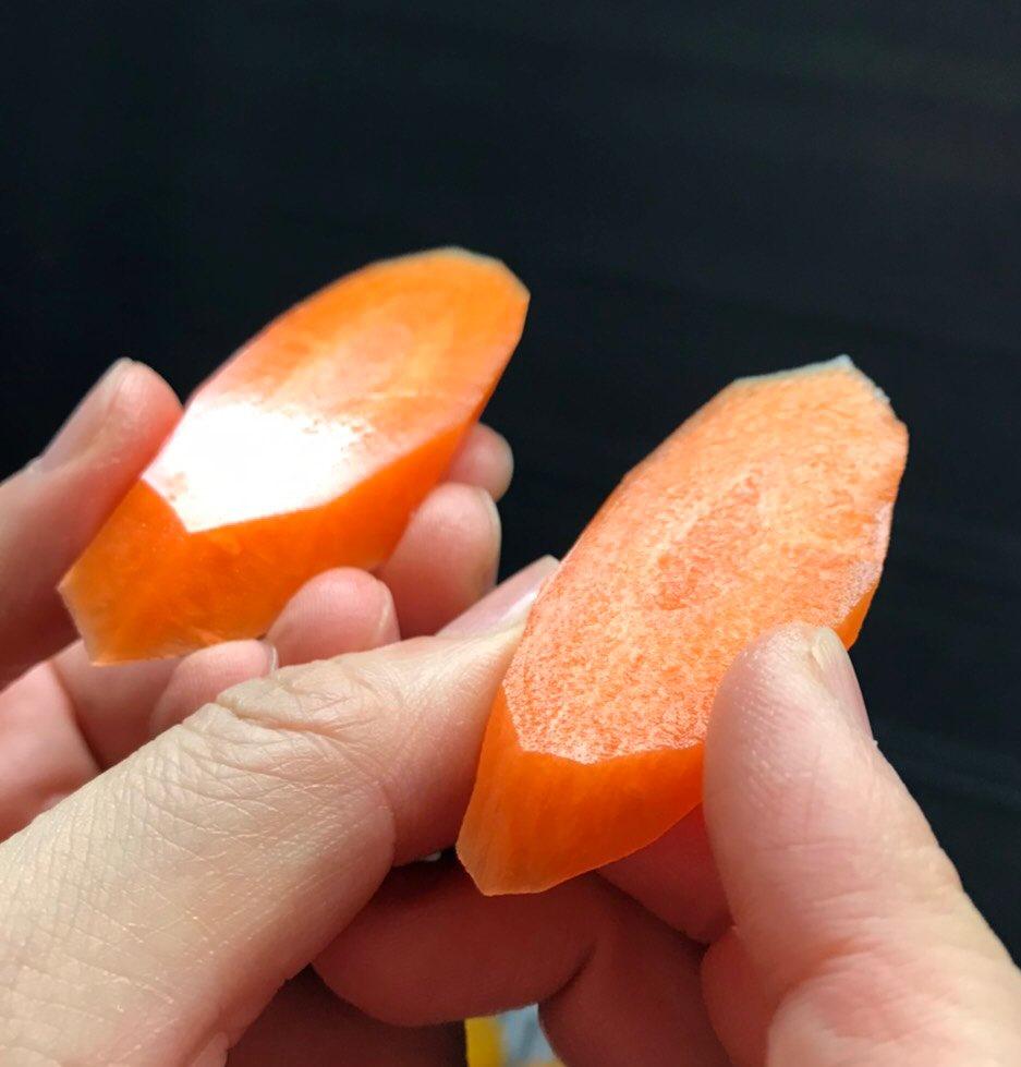 先日買った宗近の切れ味凄まじいんだけど手前が今まで使ってた包丁。これスベスベすぎて味染み込まないのでは…。ボロボロの指ですまん。