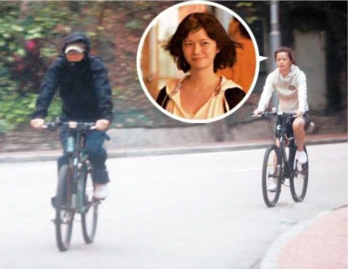 ツーリング中の周星馳と于文鳳。もしや彼女のマウンテンバイクは供述に登場する周星馳からの贈り物でしょうか?先日の誤訳から勉強のため自転車の中文名を調べました。大陸で自行車、台湾で孔明車、腳踏車、自轉車、單車、鐵馬、香港等で單車、シンガポール等で腳車、贛語で線車、鋼絲車…。唖然です。 https://t.co/ZiG5AAyE7P