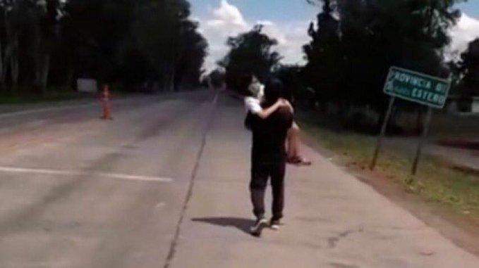 @UNICEFargentina @CIDH  Este padre lleva a una hija menor con cáncer 5 kilómetros porque el gobernador de Santiago del Estero cerro ilegalmente la frontera Marisa Graham háganos EL FAVOR , RENUNCIE @MarisaG18378126 https://t.co/LzxJm40wxR