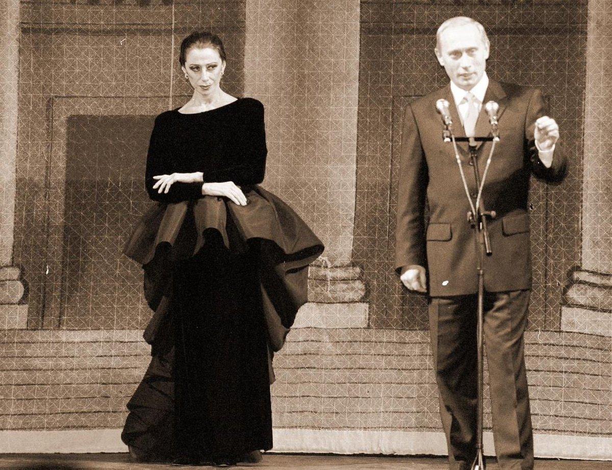Майя Плисецкая и Владимир Путин в Большом театре на 75-летии балерины 20.11.2000 г.   Вот это взгляд https://t.co/HwpLYlEpke
