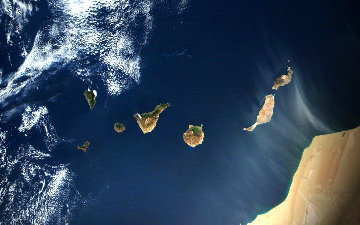 🔸Bonita imagen de las Islas #Canarias esta mañana; libre de nubes y con cierta calima en #Fuerteventura y #Lanzarote  🔸Beautiful cloud-free image of the #CanaryIslands 😍complemented by some #Sahara-n dust  SNPP-VIIRS 🛰️ 2020-11-20 #EO Full Size ->  🛰️