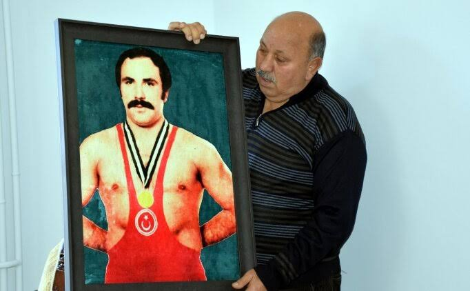 Güreşi Doğu Karadeniz/Anadolu ya sevdiren milli sporcumuz Reşit Karabacak vefat etti, kendisine Allah'tan rahmet diliyorum. Tüm Türkiye nin başı sağ olsun🇹🇷🇹🇷 https://t.co/Opj8m1Bj7C