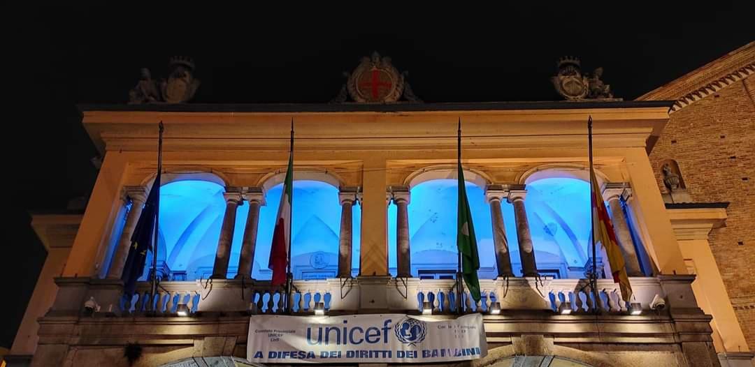 Palazzo Broletto si illumina di #blu per la Giornata internazionale per i diritti dell'infanzia e dell'adolescenza. Il Comune di #Lodi aderisce alla campagna #UNICEF