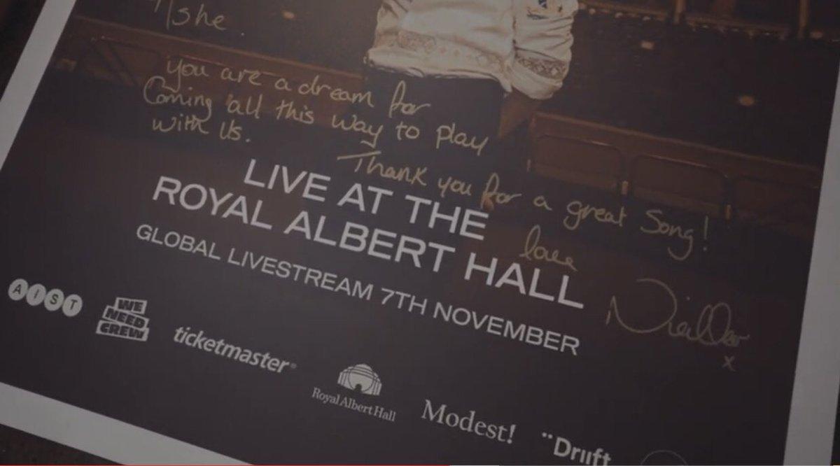 """Ashe en su video del detrás de escenas en Londres con un póster firmado de Niall en la presentación del #NiallLiveAtRoyalAlbertHall que dice:  """"Ashe, eres un sueño por venir hasta aquí para tocar con nosotros ¡Gracias por esta gran canción! Con amor, Nialler x""""  🥺🦋"""