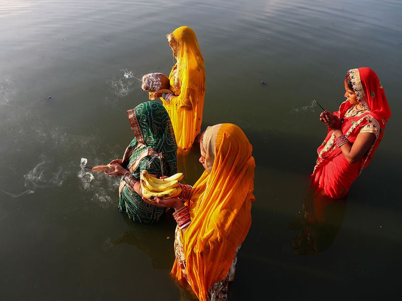 Hindu devotees pray standing in knee deep waters in the Hussain Sagar Lake during Chhath Puja festival in Hyderabad, India Image Credit: AP #India https://t.co/LqKFHWx6Ay
