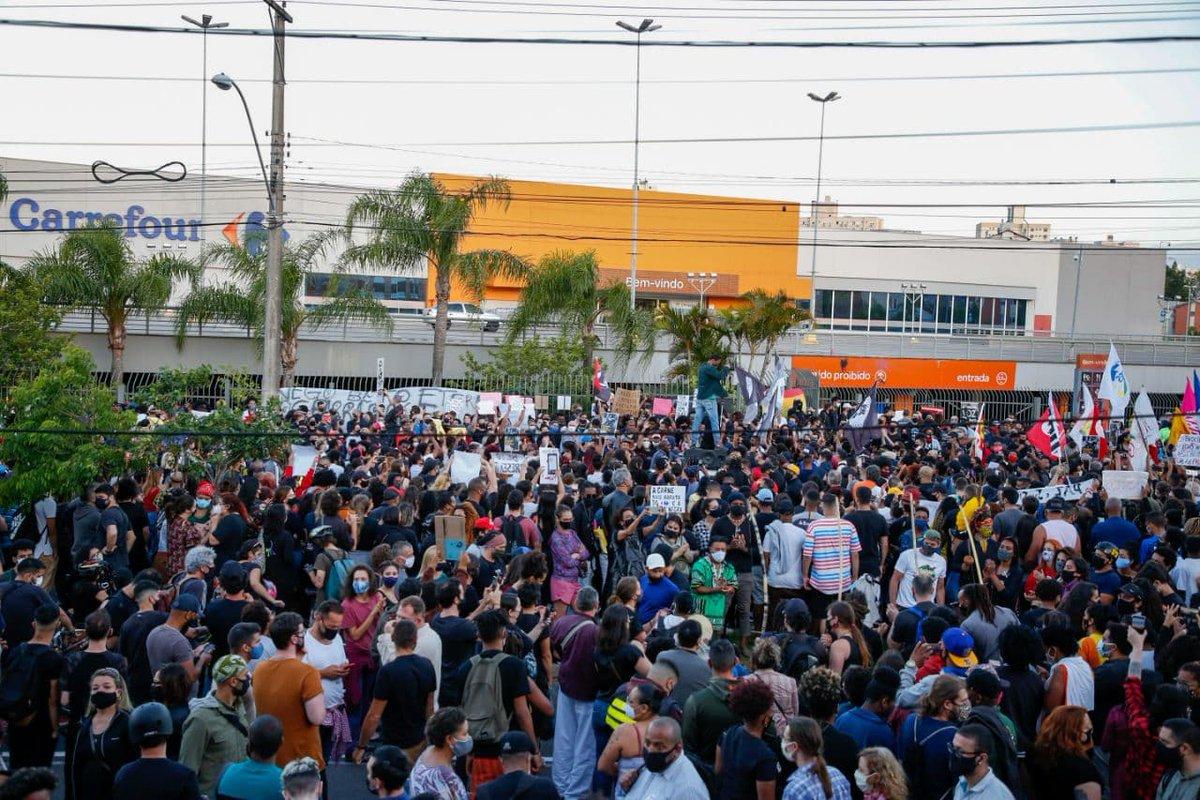 Em Porto Alegre, onde João Alberto foi assassinado por dois seguranças em uma unidade do Carrefour na véspera do Dia da Consciência Negra, milhares de pessoas se reuniram para pedir #justiçaporbeto!  Fotos: Caco Argemi  #VidasNegrasImportam #novembronegro https://t.co/mi7rJJMe3E