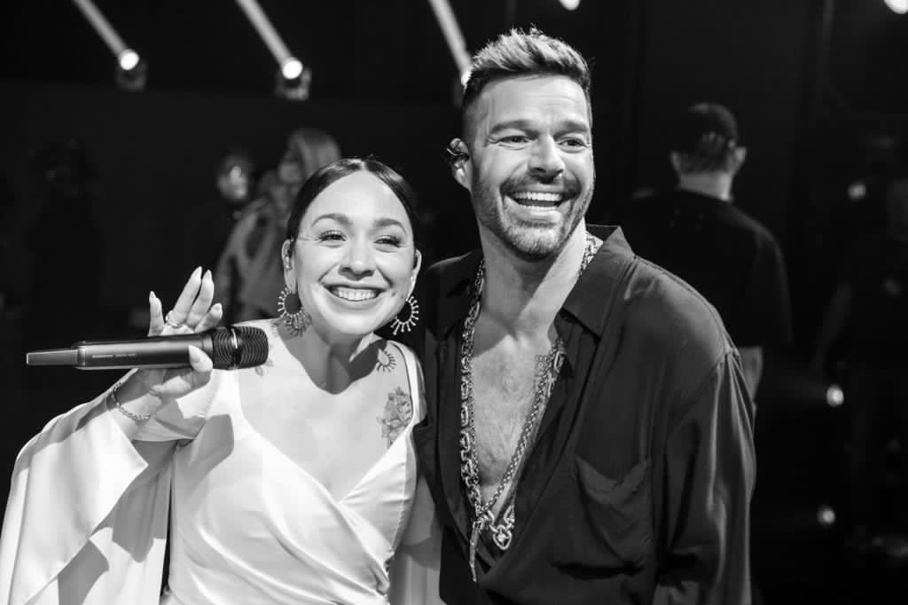 """Congratulations @CarlaMorrisonmx for her beautiful performance of """"Recuerdo"""" with @ricky_martin last night at the @LatinGRAMMYs!  Felicidades @CarlaMorrisonmx por su presentación tan bella de """"Recuerdo"""" anoche en los @LatinGRAMMYs junto a @ricky_martin! @CosmicaArtists"""