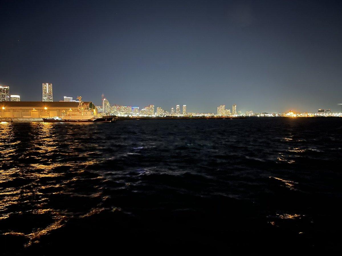遅刻で慌ててタクシー乗って向かった #MAPP_Japan 遅刻どころか1週間早かった。「あれ、誰もいないねえ」と真剣に探し回ってくれたタクシーのおじいさん大ウケ なう。私も😂せっかくなので夜の海の写真撮ってきた。タクシー運転手さん曰くここは横浜のIR予定地らしい。