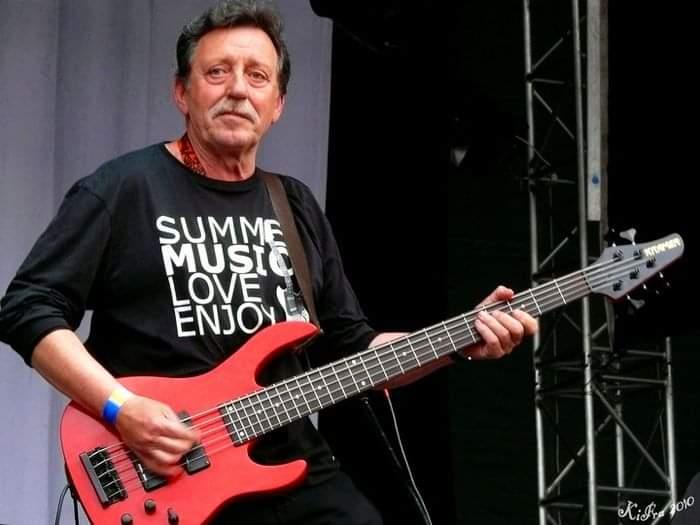 73 évesen Mihály Tamás basszusgitáros is itt hagyta az Omegát...Nem hiszem, hogy Benkő Laci ilyen hamar maga mellé várt valakit. Hihetetlen...😔 https://t.co/1nObAQeHAo
