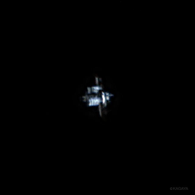 さきほど日本上空を通過した国際宇宙ステーション(ISS)を、望遠鏡を使って撮影しました。 右の先端についているのが野口宇宙飛行士が乗って行ったクルードラゴンでしょうか。