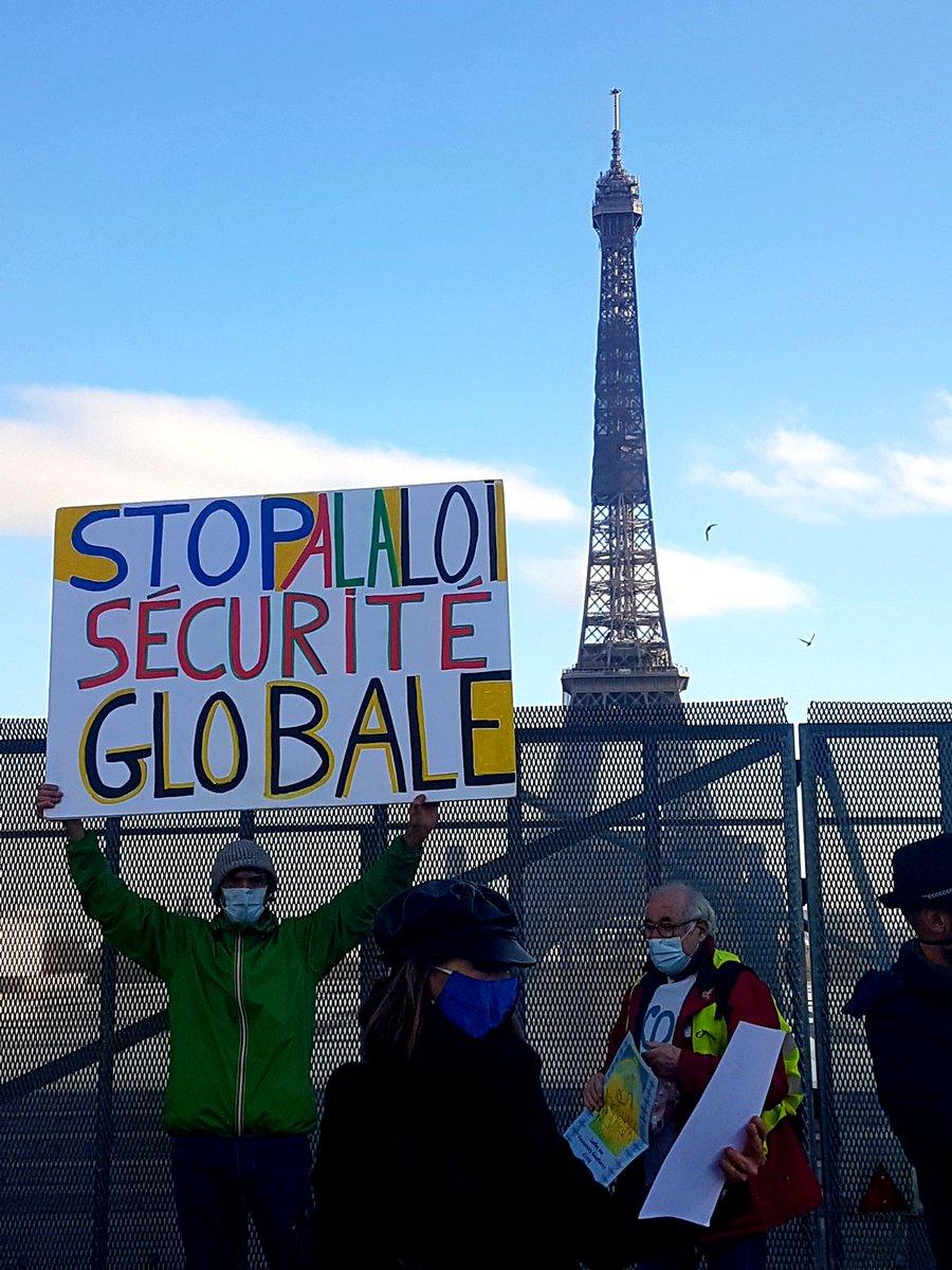 Et comme ça, vous l'aimez la place des droits de l'homme ? #ThisIsParis #EiffelTower #PPLLoiSecuriteGlobale #LoiSecuriteGlobale #Trocadero #HumanRights