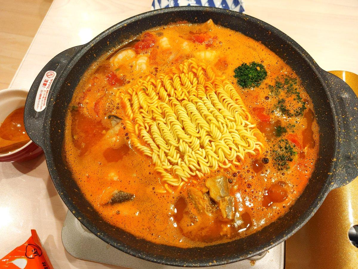 【サッポロ一番使ったブイヤベース鍋✨】-  クラシルに載ってた タサン志麻(@shimatassin )さんのレシピで作ってみた-  トマトベースにじゃがいも、ブロッコリー、海老、タラ、サバ缶-  今日はカルディでホットワインを調達⬇️参考#おうちごはん #料理男子 #料理