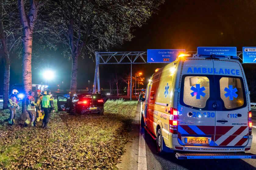 Bestuurder ramt boom op snelweg #A59 bij knooppunt #Hooipolder #Ongeval #Raamsdonk.