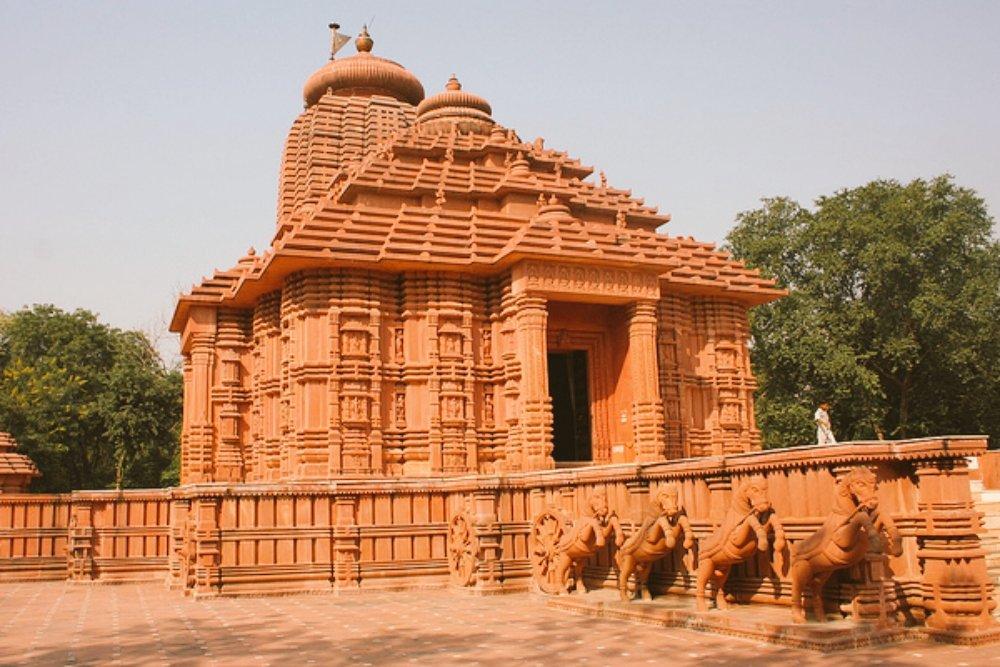 #Surya_Shani_and_Yam_dev_together #अतुल्य_भारत ग्वालियर का सूर्य मंदिर अपने आप में विशेष है। ये इसलिए भी विशेष है, क्योंकि यहां पिता सूर्य के साथ उनके दोनो पुत्र शनिदेव और यम दोनो के मंदिर है। ग्वालियर संभवत: एक ऐसा शहर है, जहां पिता सूर्य के साथ उनके दोनो पुत्र निवास करते हैं⚛️