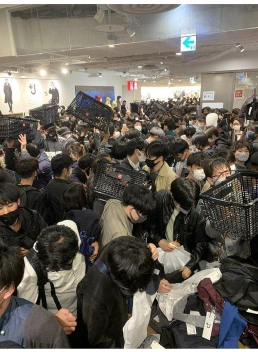 What happened when Jil Sander went on sale 2 weeks ago at Uniqlo Japan. Super spreader event or no? ⁦@aaronecarroll⁩ ⁦@choo_ek⁩ https://t.co/cDaasKULbF