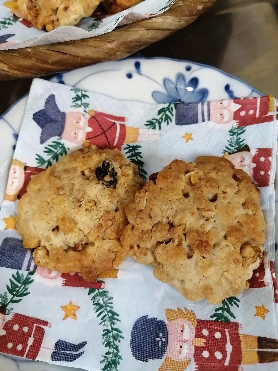 息子、気まぐれでクッキーを作りたがったのでコレ↓を参考にさせてもらった。グラノーラの分量に余っていた煎りハトムギも投入。簡単で美味しくて余り物もはけて汚れ物もスプーンだけ。ナイスです❤ #なんちゃって食育 #クッキー #簡単おやつグラノーラクッキー by ろーぷ